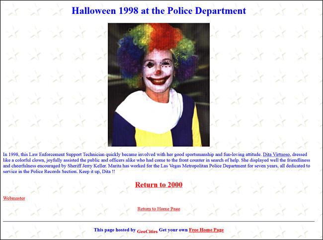 Une mise à jour du site Web d'un service de police mettant en vedette un employé vêtu d'un costume de clown pour Halloween.