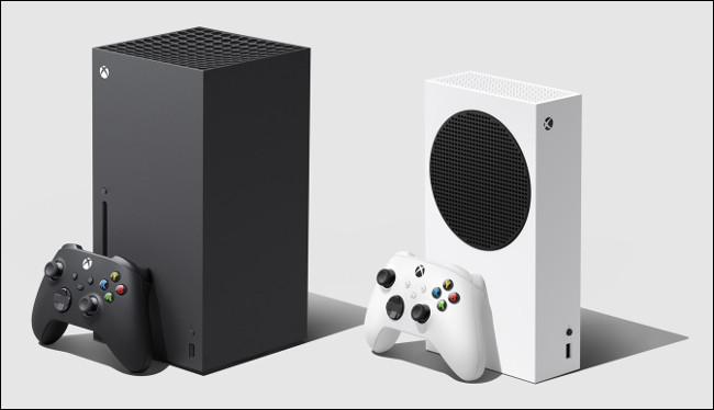 Une Xbox Series X et Series S avec manettes.