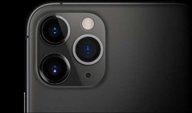 Les triples lentilles sur un iPhone 11.