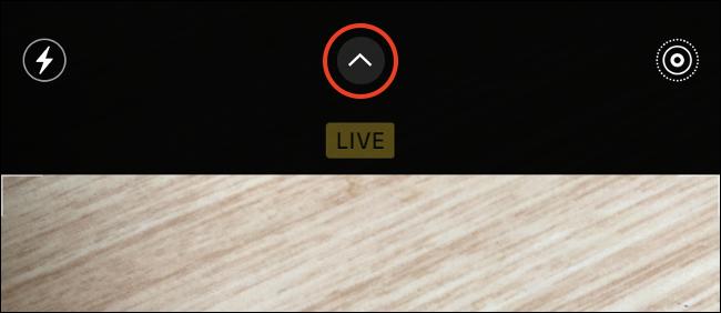 Appuyez sur la flèche orientée vers le bas pour ouvrir les paramètres de l'appareil photo de l'iPhone.