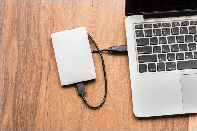 Un disque dur USB connecté à un ordinateur portable.