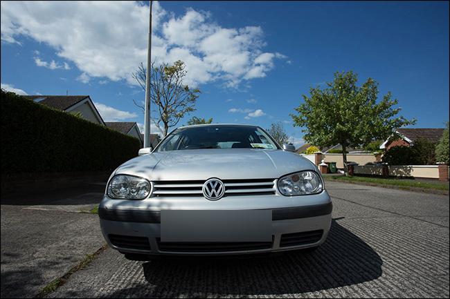 Vue avant d'un véhicule Volkswagen prise avec un objectif grand angle.