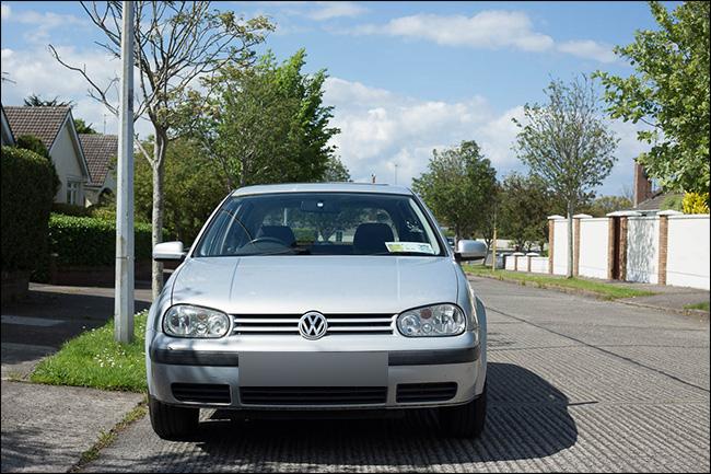 Vue avant d'un véhicule Volkswagen prise avec une lentille normale.