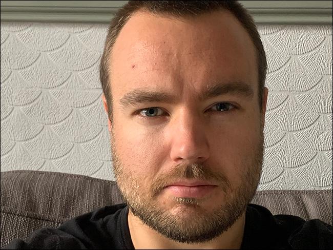 Un portrait d'homme pris avec un objectif 52 mm sur un iPhone.