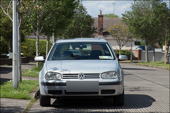 Vue avant d'un véhicule Volkswagen prise avec un téléobjectif.