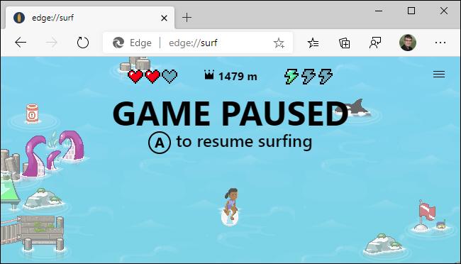 Utilisation d'un contrôleur Xbox dans le jeu de surf de Microsoft Edge.
