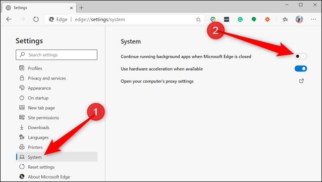 Dans le volet gauche, cliquez sur «Système» et basculez «Continuer à exécuter les applications d