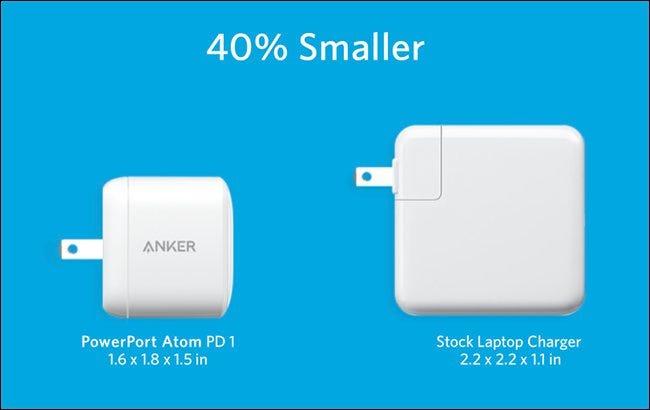 L'Anker PowerPort Atom PD 1 à côté du plus grand chargeur d'ordinateur portable de série.