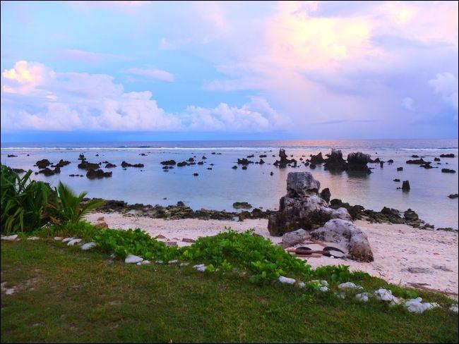 Roches de corail sur la plage d'Anibare à Nauru.