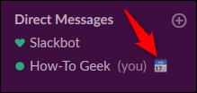 """Le """"Dans une réunion"""" statut à côté du nom d'une personne dans le """"Messages directs"""" menu de la barre latérale dans Slack."""