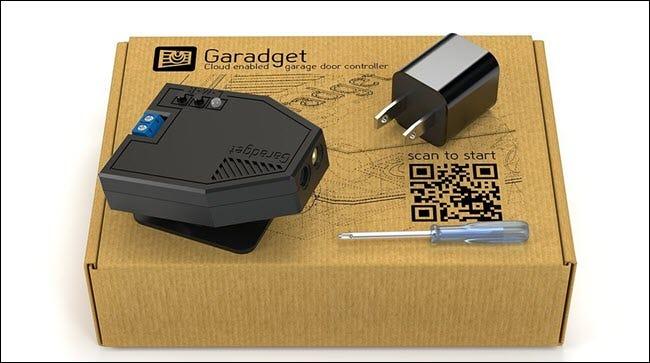 Une boîte Garadget, avec laser, prise et tournevis.