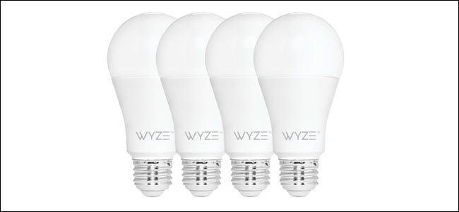 Quatre ampoules Wyze dans une rangée.