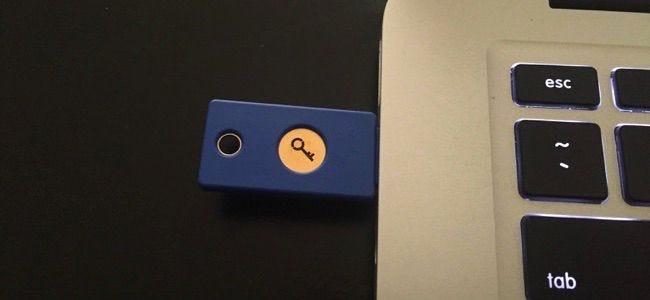 Une clé de sécurité USB physique Yubikey branchée sur le port USB d'un ordinateur portable.
