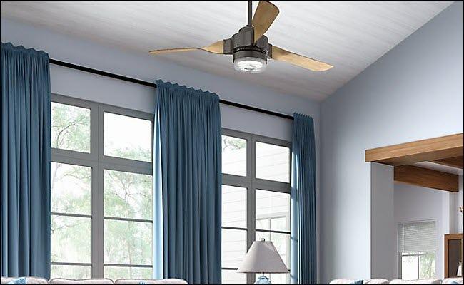 Un ventilateur intelligent Hunter suspendu au plafond.