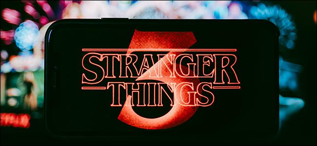 Le logo Stranger Things sur un arrière-plan flou et coloré.