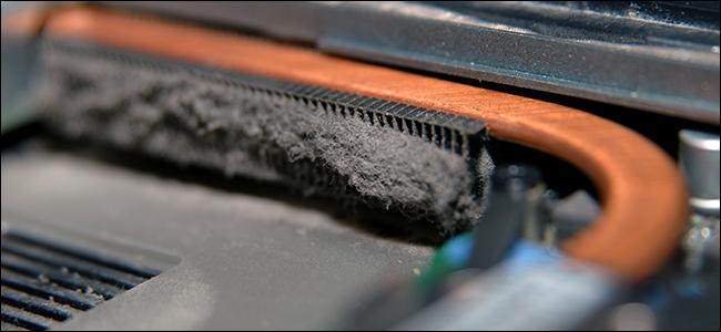 Un intérieur d'ordinateur portable poussiéreux.  C'est dégoutant!