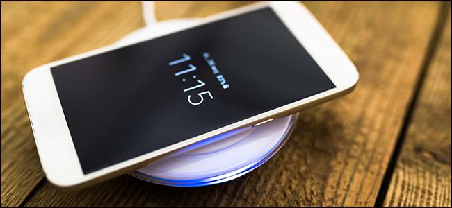 Un téléphone qui se recharge sur un socle de chargement sans fil certifié Qi.