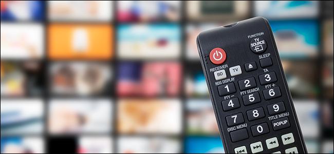 Une télécommande TV avec en toile de fond des services de streaming et des chaînes TV.