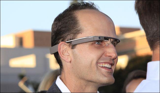 homme portant un verre Google