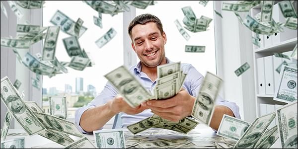 homme faisant pleuvoir avec de nombreux billets de 100 $