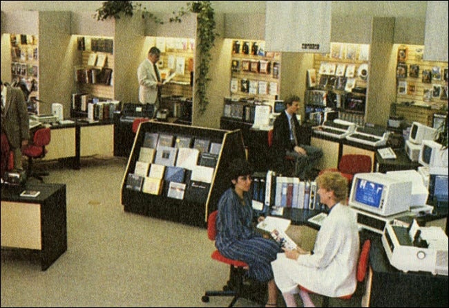 Une photo à l'intérieur d'un magasin ComputerLand en 1983.