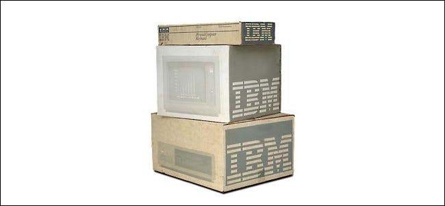 Un PC IBM, un moniteur et un clavier dans des boîtes d'origine.