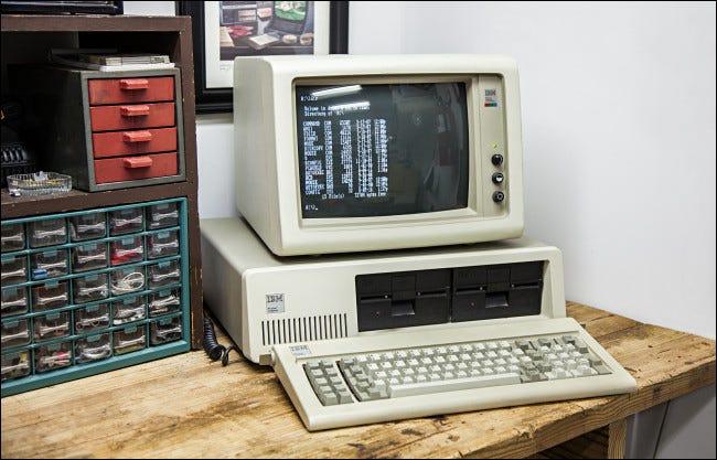 Un IBM PC 5150 sur un établi.