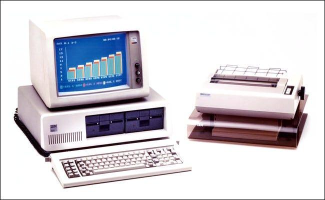 Le PC IBM avec une imprimante.
