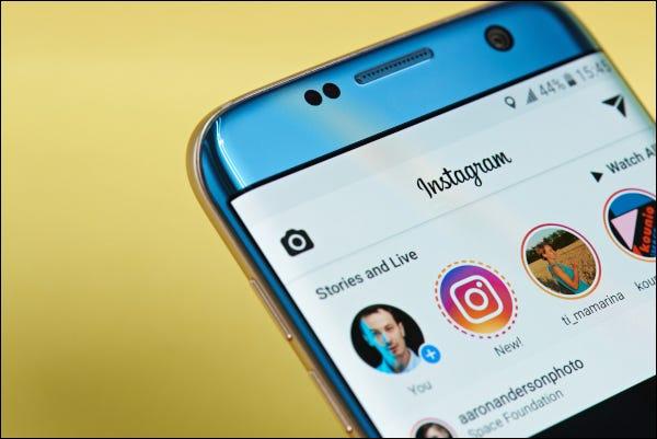 Application Instagram ouverte sur un smartphone affichant des histoires et des flux en direct.