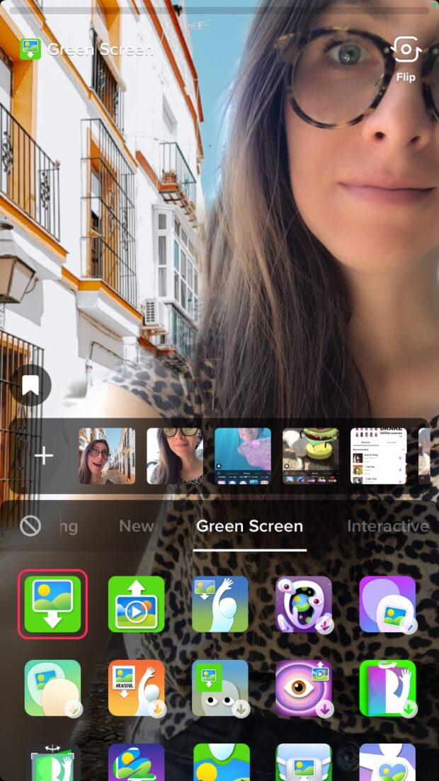 écran vert de personne avec des bâtiments en arrière-plan