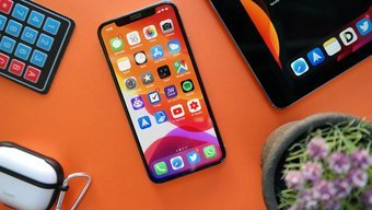 Iphone sur fond orange